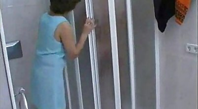 Candid mature MILF in shorts bating while taking shower